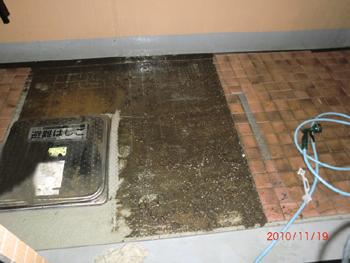 ベランダ敷き込み下の清掃(施工前)