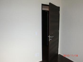 右開きのドアを引き戸に変更(施工前)