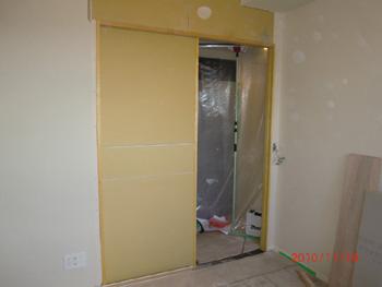 右開きのドアを引き戸に変更(施工途中)