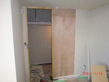 左開きのドアを引き戸に変更(施工途中)